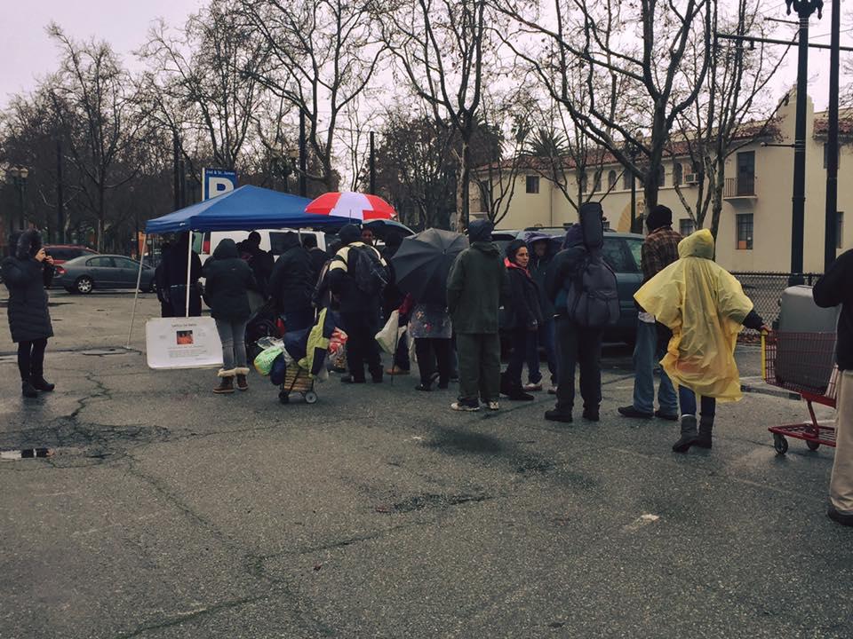 Dia de distribuicao: mesmo debaixo de chuva a criancada nao desanimou!